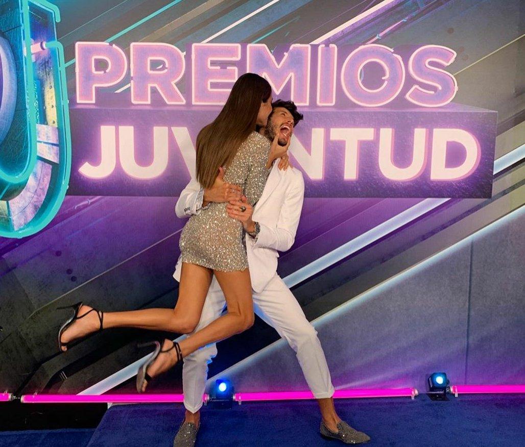 Tini y Yatra besos y premios en Miami